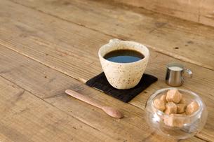 カフェテーブルに置いたコーヒーの写真素材 [FYI02922884]