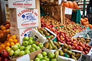 バラマーケットのリンゴと洋梨の写真素材 [FYI02922886]