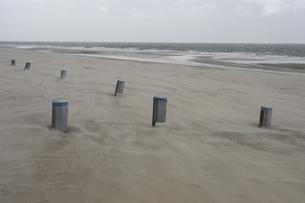 浜辺に点在するゴミ箱の写真素材 [FYI02923016]