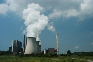 発電所の煙の写真素材 [FYI02923025]