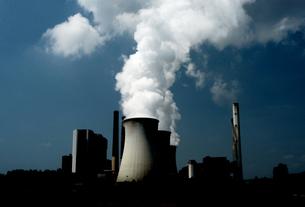 発電所の煙の写真素材 [FYI02923027]