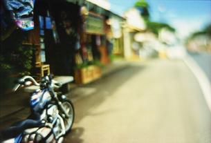 道に置かれたバイクの写真素材 [FYI02923028]