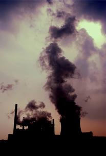 発電所の煙の写真素材 [FYI02923029]