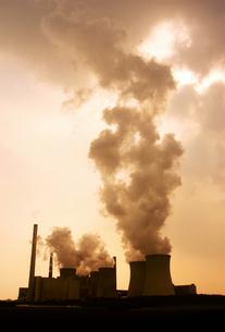 発電所の煙(セピア)の写真素材 [FYI02923031]