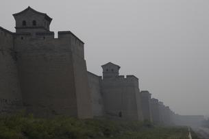 どこまでも続く壁 平遥 山西省の写真素材 [FYI02923061]