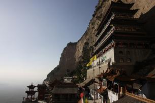 断崖に立つ道教寺院の写真素材 [FYI02923068]