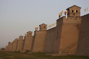 旗の揚げられた長い壁 平遥 山西省の写真素材 [FYI02923071]