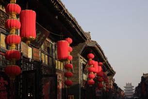 赤い提灯のかかる軒み 平遥 山西省の写真素材 [FYI02923073]