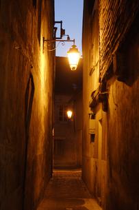 夕暮れの路地裏の写真素材 [FYI02923294]