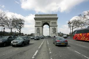 シャンゼリゼ通りから見る凱旋門の写真素材 [FYI02923551]