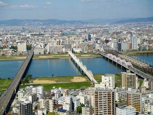 新十三大橋と新淀川と鉄橋と街並の写真素材 [FYI02923603]