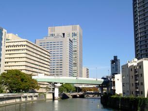 土佐堀川に架かる阪神高速11号の写真素材 [FYI02923609]