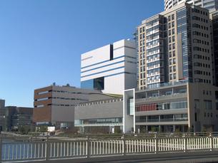 堂島リバーフォーラムと二つのビルの写真素材 [FYI02923620]