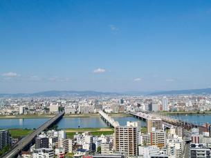 新十三大橋と新淀川と街並遠景の写真素材 [FYI02923626]