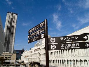 千里中央のモノレールやバス乗り場の標識の写真素材 [FYI02923652]