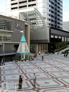豊中市千里文化センター「コラボ」前広場の写真素材 [FYI02923662]