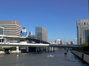 堂島川を上る船の写真素材 [FYI02923665]