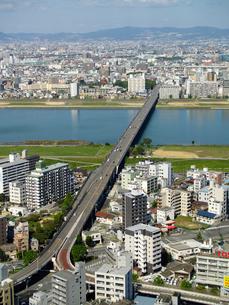 新十三大橋と新淀川と街並の写真素材 [FYI02923671]