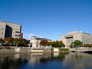 土佐堀川と大阪市役所の写真素材 [FYI02923676]