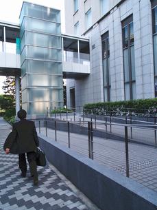 マルイトOBPビルの西側を行くビジネスマンの写真素材 [FYI02923683]