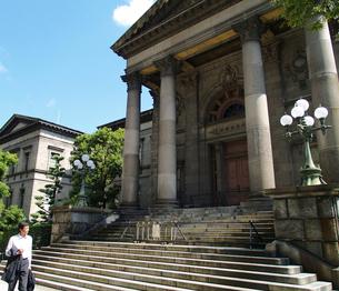 大阪府立中之島図書館とビジネスマンの写真素材 [FYI02923691]