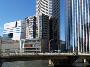 田蓑橋と堂島リバーフォーラムの写真素材 [FYI02923698]