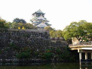 大阪城と内濠の写真素材 [FYI02923700]