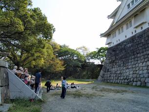 大阪城の北側でスケッチする小学生達の写真素材 [FYI02923703]