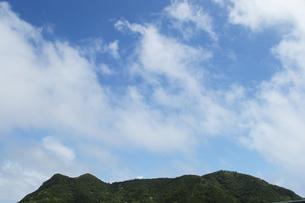 南国沖縄の快晴の青空と緑の丘の写真素材 [FYI02924214]