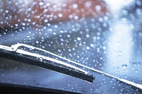 フロントガラスに水滴の写真素材 [FYI02924374]