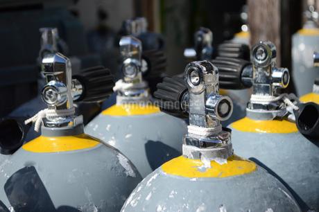 ダイビング用のタンクが並んでいるの写真素材 [FYI02924456]
