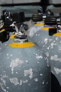 ダイビング用のタンクが並んでいるの写真素材 [FYI02924772]