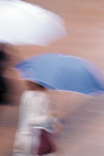 傘を差す人の写真素材 [FYI02926408]