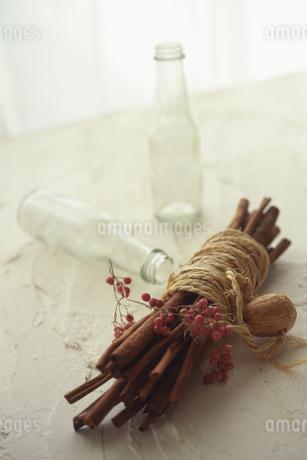 シナモンスティックと空き瓶の写真素材 [FYI02926750]
