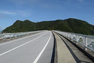 南国沖縄の島に繋がる橋の写真素材 [FYI02926862]