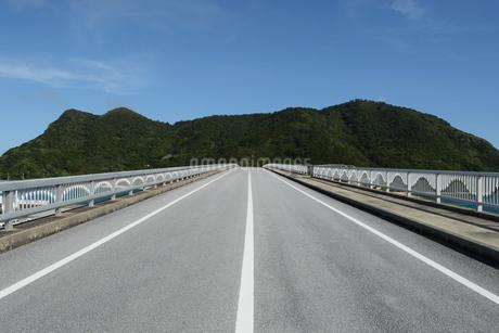 南国沖縄の島に繋がる橋の写真素材 [FYI02926864]