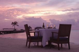 夕焼けのビーチでビーチディナーの写真素材 [FYI02926999]