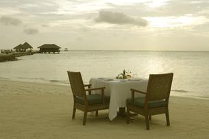 夕日のビーチでディナーの写真素材 [FYI02927000]