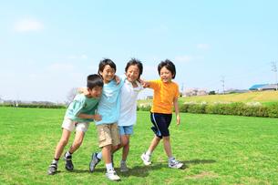 肩を組んで歩く子供たちの写真素材 [FYI02927532]