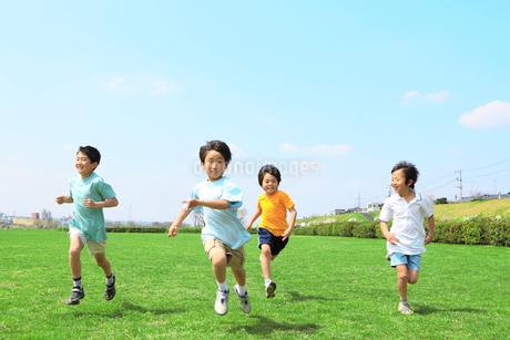 走る子供たちの写真素材 [FYI02927538]