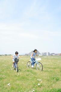 野原を自転車で走る姉弟の写真素材 [FYI02927549]