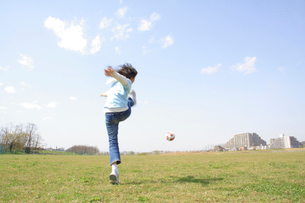 サッカーボールで遊ぶ女の子の写真素材 [FYI02927560]