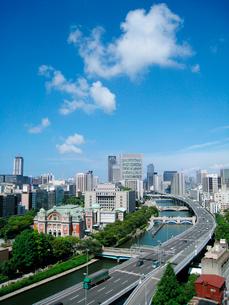 大阪市内の川と高速道路の風景の写真素材 [FYI02927603]