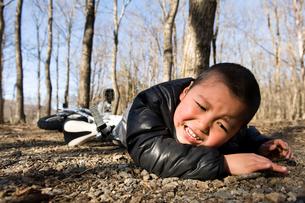 自転車で転んでしまった少年の写真素材 [FYI02927723]