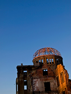 夕日に照らされた原爆ドームの写真素材 [FYI02927733]