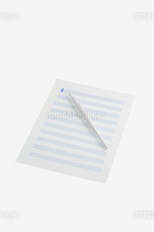 白い五線譜と青いト音記号の写真素材 [FYI02927772]