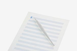 白い五線譜と青いト音記号の写真素材 [FYI02927775]