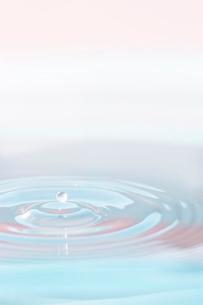 水滴と波紋の写真素材 [FYI02927801]