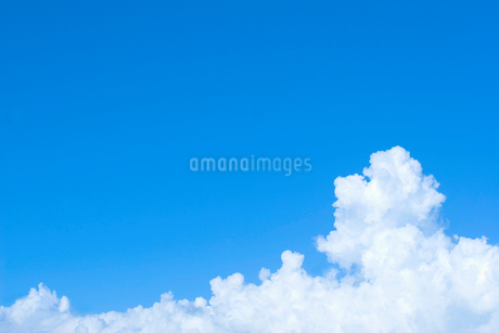 青空と白い雲の写真素材 [FYI02927901]