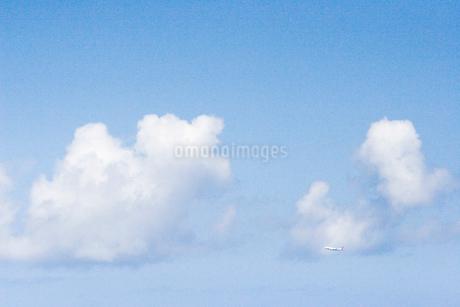 青空と飛行機の写真素材 [FYI02927907]